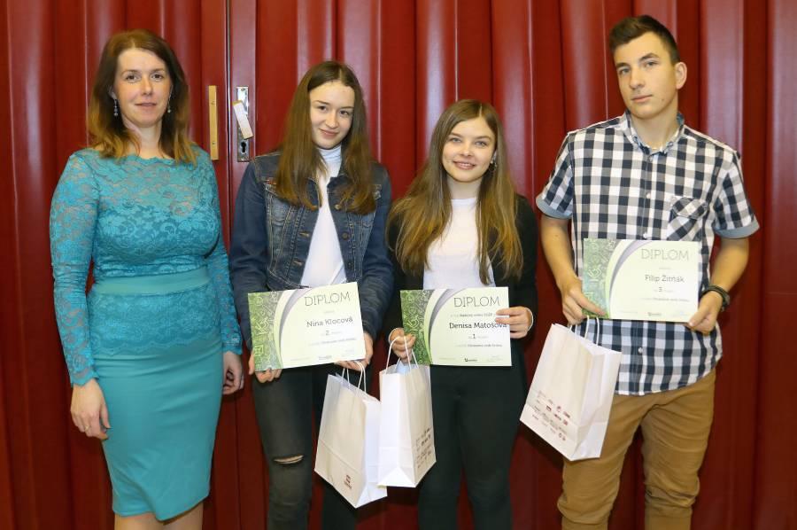 Riaditeľka školy Ing. M. Pindiaková s trojicou najlepších