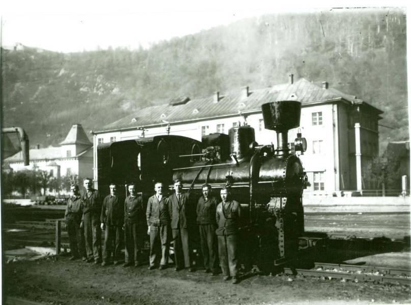 Lokomotíva vyrobená v r. 1902. Na snímke v popredí opravárenská čata – záber päťdesiate roky minulého storočia. Foto: archív redakcie