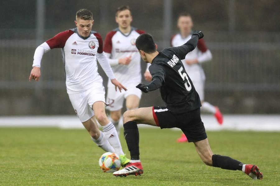 Naši futbalisti stihli v jarnej časti odohrať len jeden zápas. Foto: I. Kardhordová