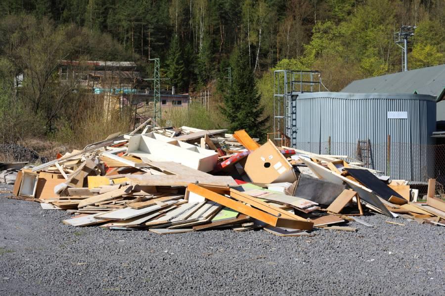Pri pochôdzke Skalicou nás upútala skládka dreva za ČOV. Ako nás informoval starosta obce Mgr. L. Kardhordó, ide o drevený odpad zo starého nábytku, dverí, okien, atď. Odpad bude 30. mája odvezený firmou Kronospan zo Zvolena na ďalšie zhodnotenie