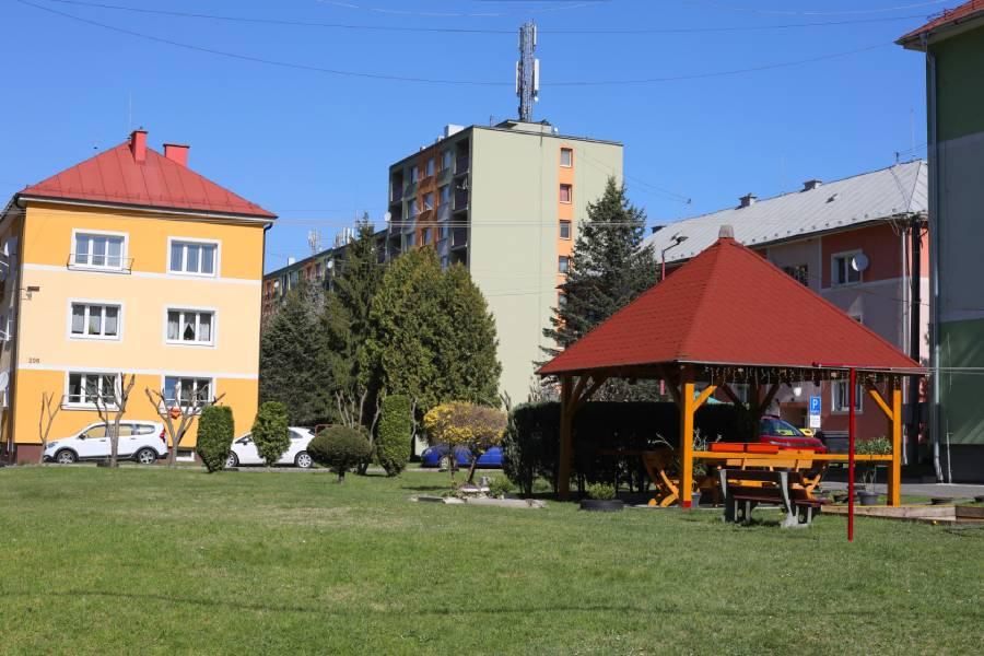 Pred obytným domom na Štiavničke vidieť, že tu obyvateľom záleží na tom, v akom prostredí žijú a kde rastú ich deti. Foto: I. Kardhordová