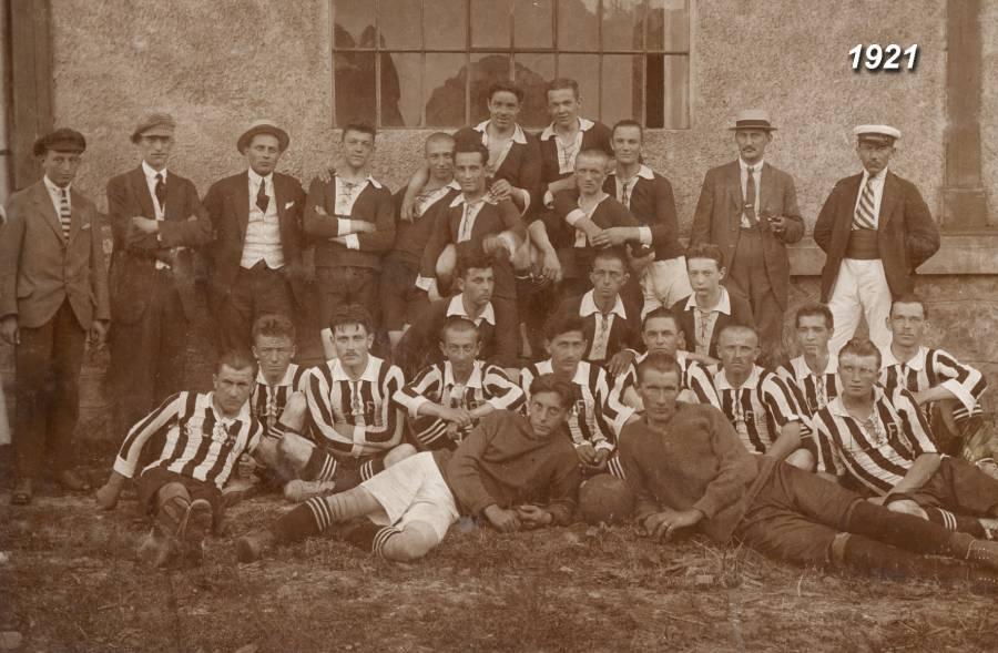 Jedna z prvých organizovaných futbalových jedenástok Podbrezovej z roku 1921 na spoločnej fotografii s hosťujúcim mužstvom (v pruhovaných dresoch). Foto: archív redakcie