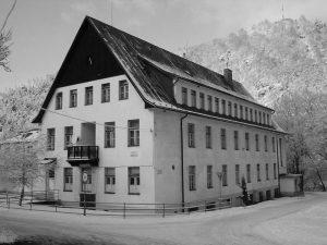 Robotnícky internát zvaný Walter, v súčasnosti bytový dom Podbrezovan. S jeho výstavbou sa začalo v roku 1941 a keďže to bola jedna z prvých budov sídliska, do základov bol zabudovaný základný kameň jeho výstavby. Tým sa začala následne nová etapa osídľovania vtedajšej osady Podbrezová. Foto: archív redakcie