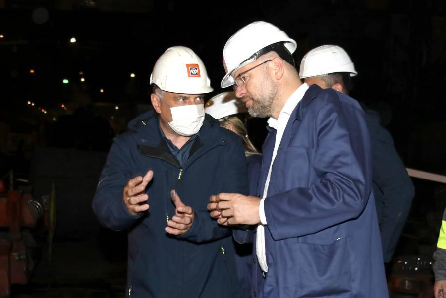 Výrobný riaditeľ Ing. Miloš Dekrét vysvetľuje ministrovi hospodárstva Richardovi Sulíkovi výrobný proces v oceliarni. Foto: I. Kardhordová