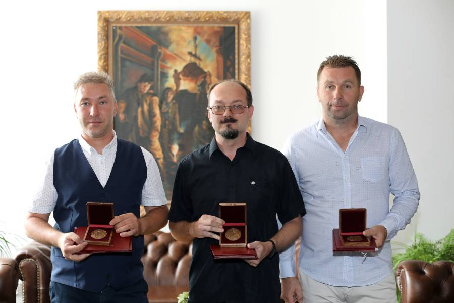 Trojica ocenených inštruktorov praxe objektívom I. Kardhordovej