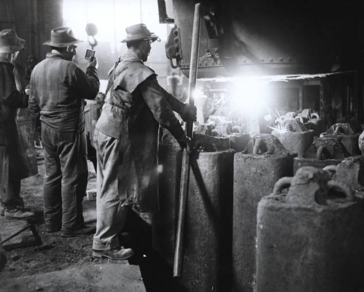 Odlievanie ingotov v roku 1968. Foto archív ŽP