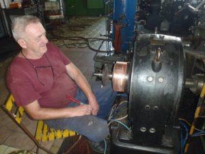 Jozef Pindiak čistí komutátor budiča