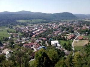 Pohľad na Slovenskú Ľupču z okna hradu objektívom T. Kubeja
