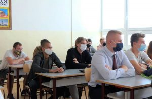 Žiaci v triede objektívom Jána Peteraja