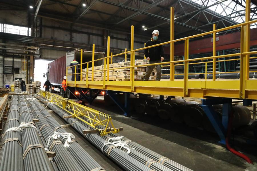 Dňa 19. januára v prevádzkarni ťaharéň rúr prvýkrát nakladali kontajner pomocou automatickej plošiny. Foto: A. Nociarová
