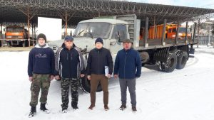 Vedúci prevádzkarne doprava Ing. Peter Krajan s členmi KVH ČSLA ANTHROPOID pri odovzdávaní nákladného automobilu TATRA T 148