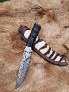 Materiál je uhlíkový damašek, rúčka z rohu antilopy a puzdro koža – zebra