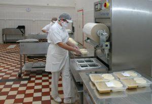 Pohľad na prípravu balenej stravy v ŽP Gastroservis, s.r.o. Foto: A. Nociarová