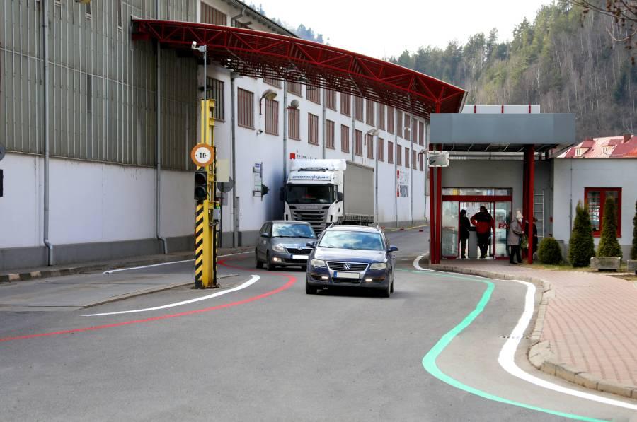 V uplynulých dňoch ste si mohli v starom závode všimnúť červenú a zelenú čiaru, ktoré vodičov navedú na smer prejazdu.