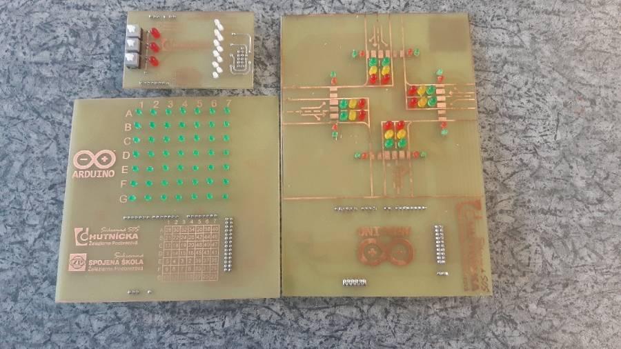 Moduly určené pre platformu Arduino Mega (vľavo hore blikač s 11 LED, vľavo dole zobrazovacia matica, vpravo križovatka)