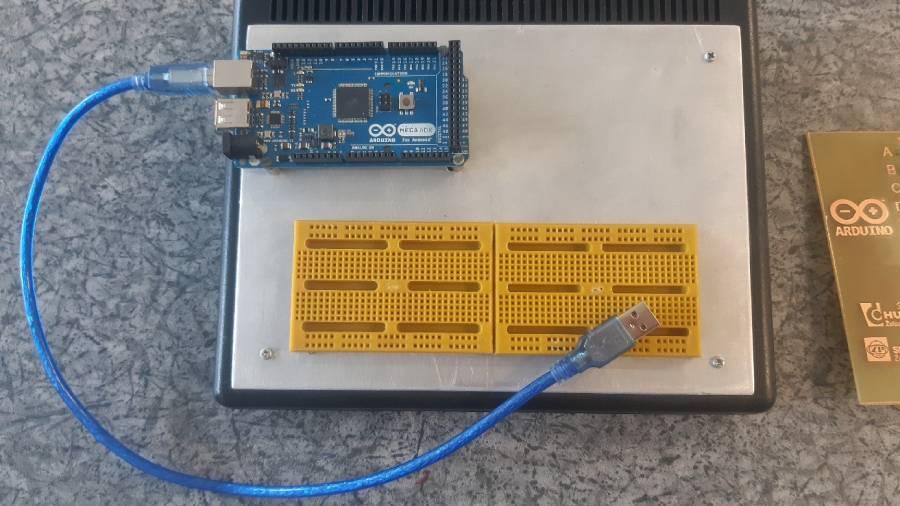 Platforma Adruino Mega umiestnená na skúšobnom paneli