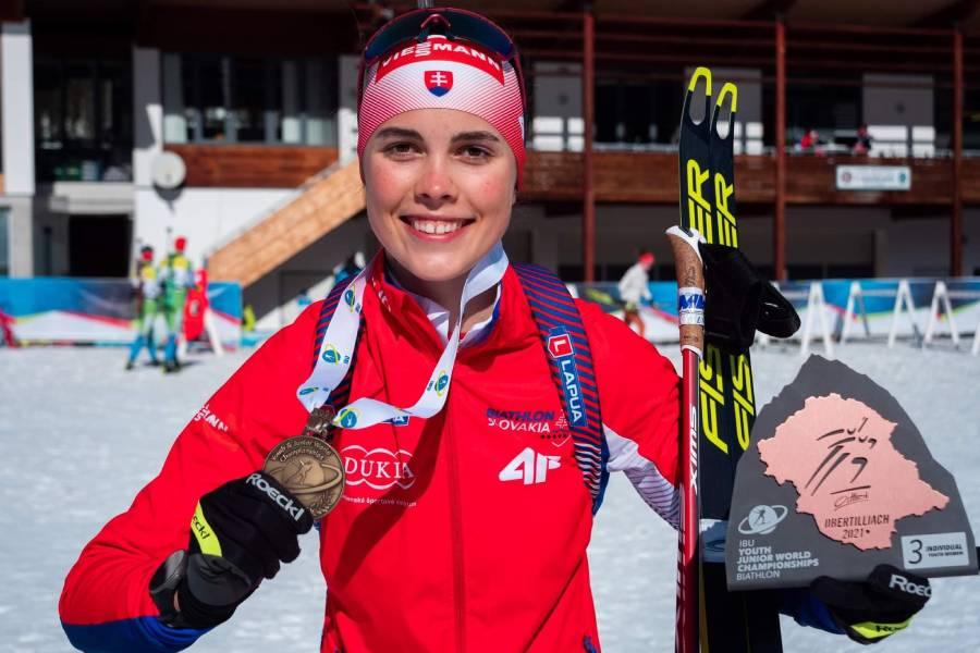 Ema Kapustová pózuje s bronzovou medailou z mládežníckych majstrovstiev sveta v biatlone. Foto: I. Stančík