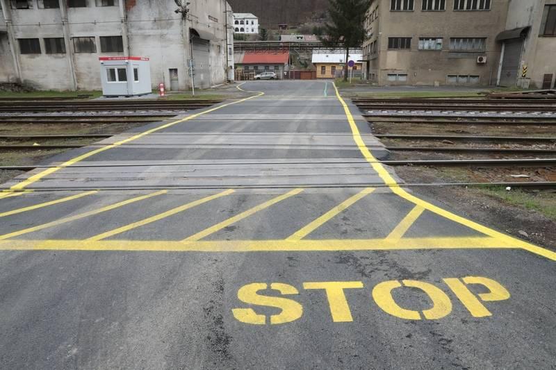 Priechod starým závodom je čerstvo zrekonštruovaný a označený. Pri jeho prejazde zvýšte obozretnosť, po celej dĺžke sa nachádza takmer 10 železničných priecestí.