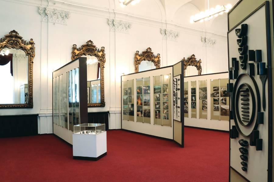 Pohľad do hlavnej expozície, v pozadí benátske zrkadlá. Foto: I. Kardhordová