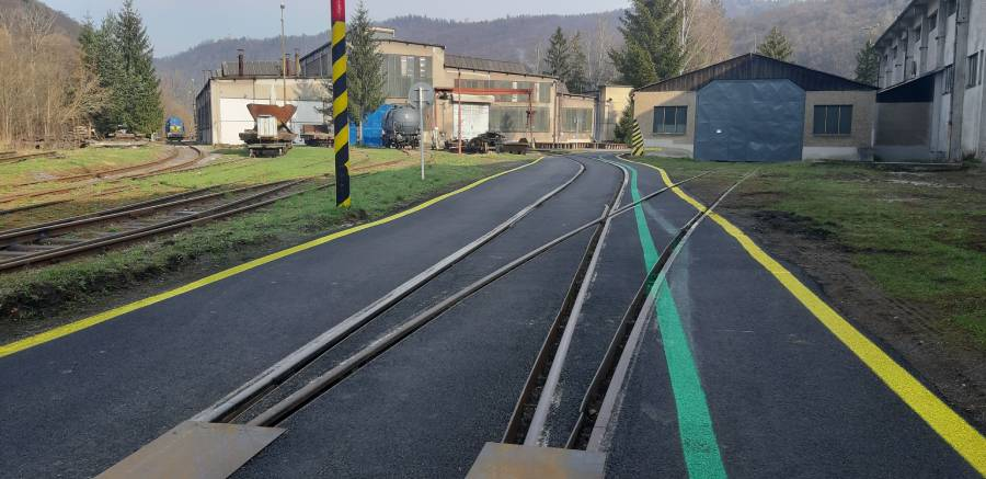 """Na priechode starým závodom sa nachádza množstvo železničných priecestí s pozdĺžnym prejazdom, ktoré sú pre cyklistov nebezpečné, aj preto pre nich nebol vjazd """"cez remízu"""" povolený."""