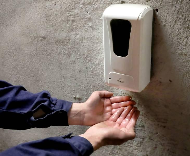 Pred vstupom do velínu si pracovníci oceliarne dezinfikujú ruky. Tento úkon sa stal za ostatné mesiace v našej spoločnosti už zaužívanou samozrejmosťou na všetkých pracoviskách. Foto: A. Nociarová