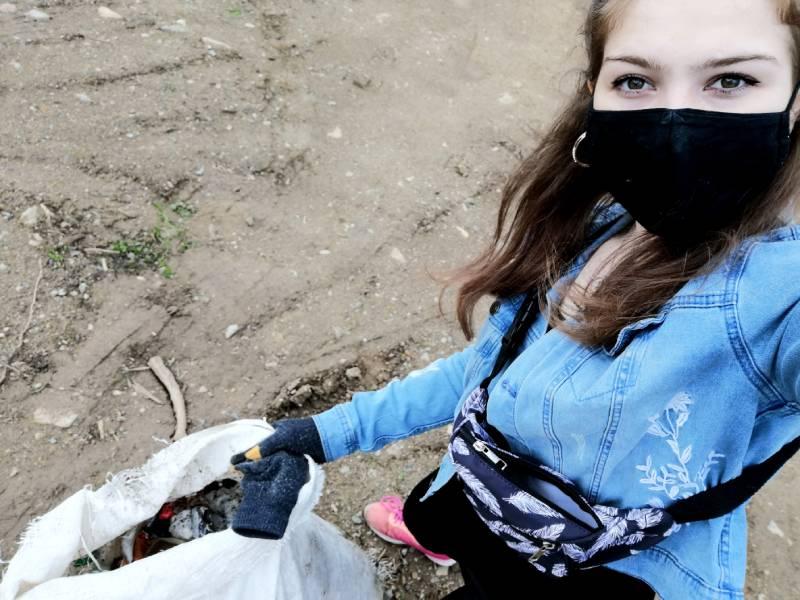 Lea vo svojom voľnom čase zbiera odpadky vo svojom okolí
