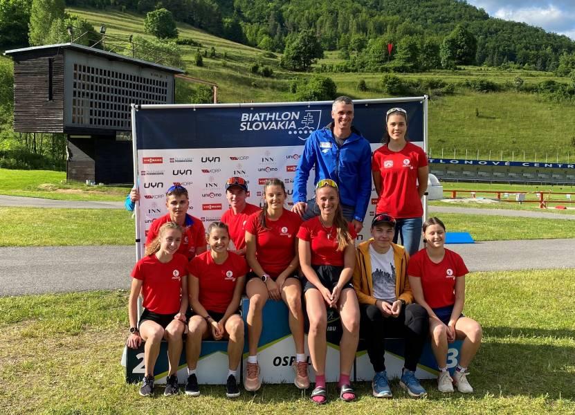 Naši biatlonisti s hlavným trénerom Petrom Kazárom na prvom kole Viessmann pohára v letnom biatlone v Osrblí. Foto: FB Biatlonový oddiel ŠK Železiarne Podbrezová