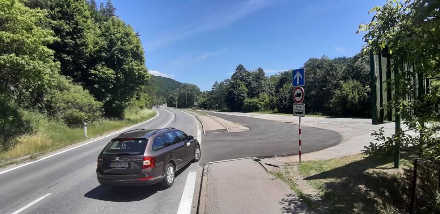 Ak sa tvorí kolóna, využite odbočovací pruh cez autobusovú stanicu v Podbrezovej. Vyhnete sa tak státiu v tomto úseku.