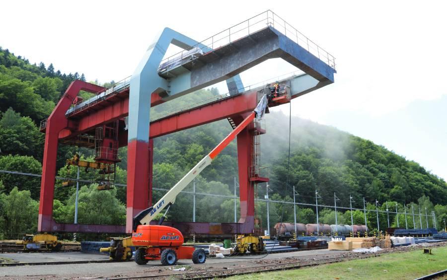 Generálna oprava portálového žeriavu na sklade polotovarov oceliarne.