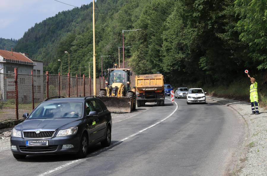 Aj keď bola cesta I/66 v časti opravovaného úseku začiatkom júla obojsmerne spojazdnená, predsa len budú práce počas leta naďalej prebiehať. Zdržanie by malo byť minimálne, nakoľko budú dopravu usmerňovať regulovčíci.