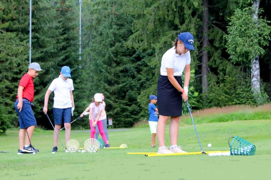 Pre mnohé deti ide o prvú skúsenosť s golfom.